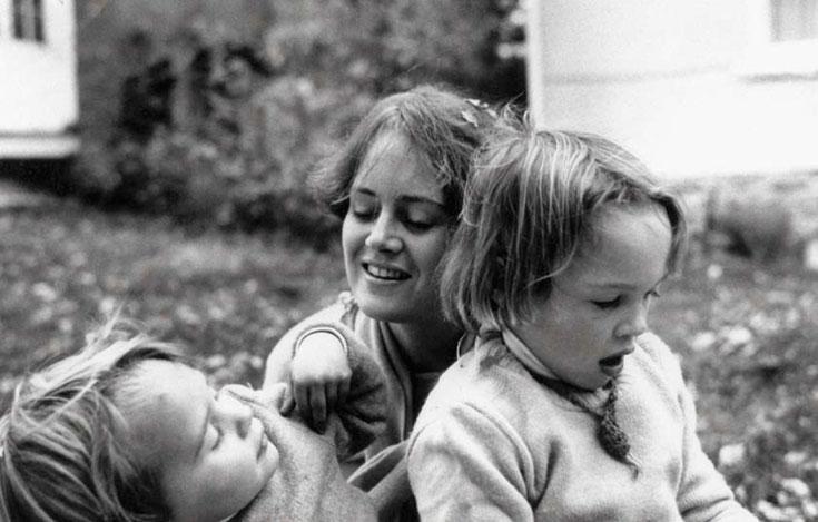 Lama Tsultrim Allione com as filhas Sherab and Aloka em 1978.