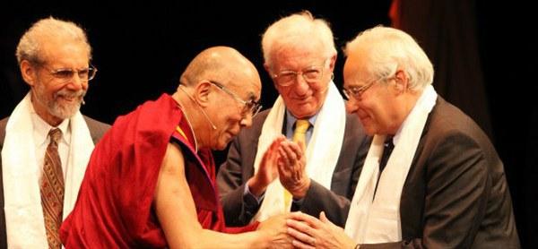 Dalai Lama com o co-fundador da Ação para Felicidade, Richard Layard, e outros em 2013
