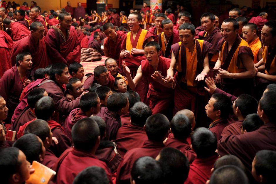 Monges do Seda Monastery reunidos para um debate.
