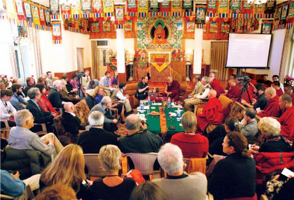 Sua Santidade o Dalai Lama e os participantes discutem neuroplasticidade na conferência do Mind and Life Institute em Dharamsala, 2004.